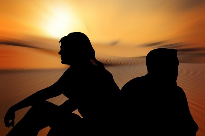Casal sentado na praia