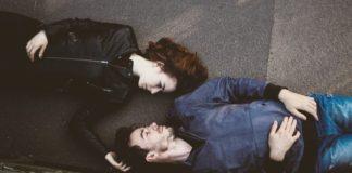 Casal deitado