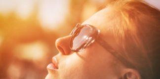 Mulher ao sol de óculos