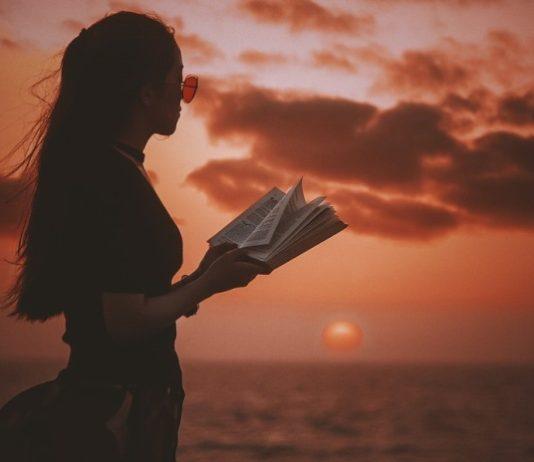 Mulher lendo no por do sol