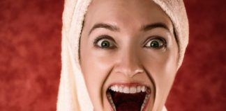 Mulher com a boca aberta