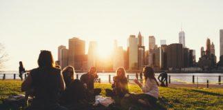 Amigas conversam animadas junto ao por do sol