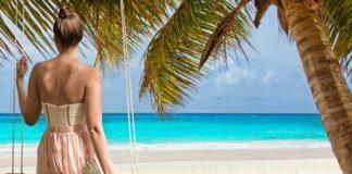 Mulher no balanço na praia